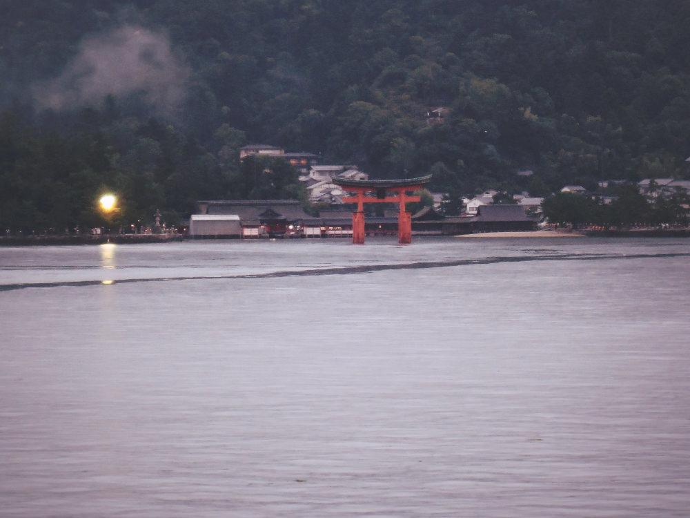 JR宮島フェリーから眺める厳島神社の大鳥居